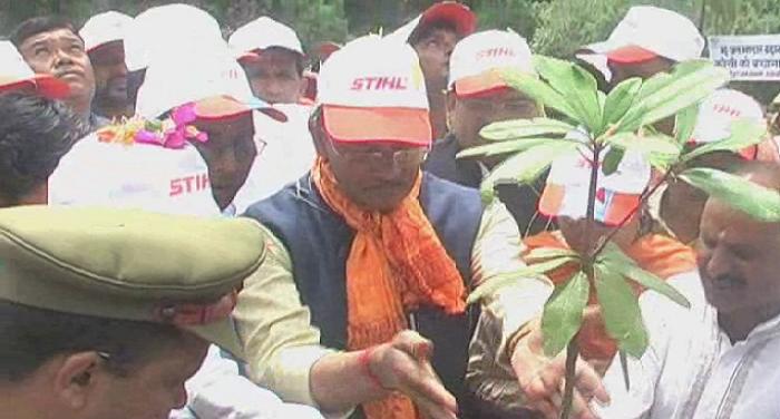 वृक्षारोपण-करते-हुए-मुख्यमंत्री-त्रिवेंद्र-सिंह-रावत