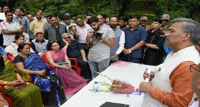 RAWAT2 उत्तराखंडः मुख्यमंत्री त्रिवेन्द्र सिंह रावत ने ऋषिपर्णा नदी के उद्गम स्थल मासी फाॅल का भ्रमण किया.