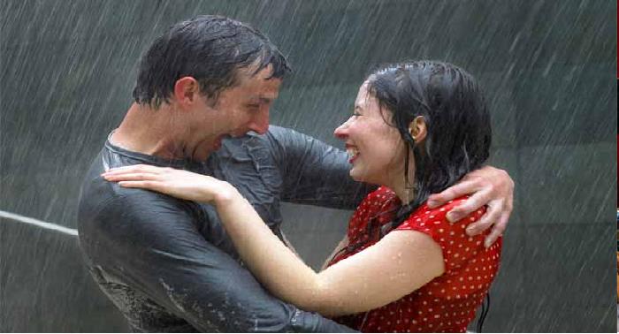 बारिश के सुहाने मौसम में ऐसे करें अपने पार्टनर के साथ एंजॉय