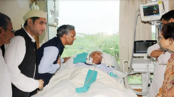 सीएम रावत ने अस्पताल में भर्ती पूर्व सीएम यूपी/उत्तराखण्ड नारायण दत्त तिवारी का हाल चाल जानने पहुंचे