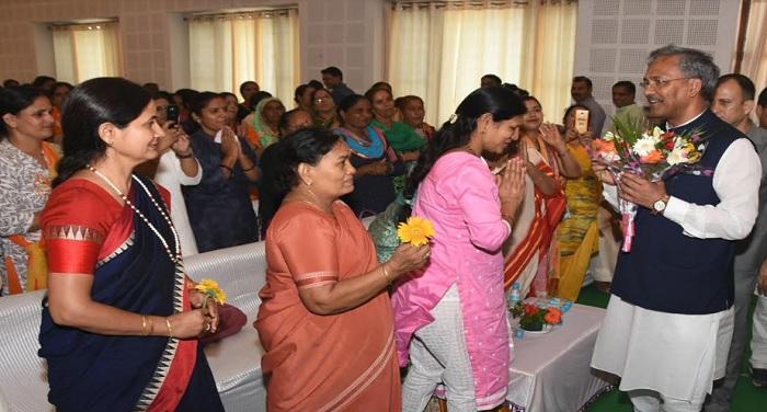 cm rawat 3 1 नाबालिगों के साथ दुराचार पर फांसी की सजा का कानून लाने पर महिलाओं ने किया सीएम रावत का आभार व्यक्त