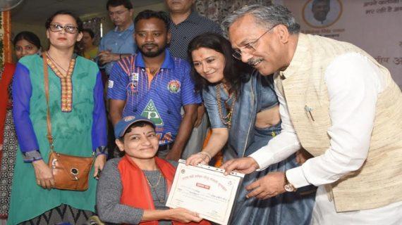 सीएम रावत ने 13 महिलाओं और किशोरियों को तीलू रौतेली पुरस्कार से सम्मानित किया