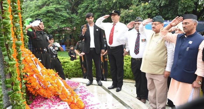 cm rawat 5 1 शौर्य दिवस पर मुख्यमंत्री त्रिवेंद्र सिंह रावत ने कारगिल शहीदों को श्रद्धांजलि दी
