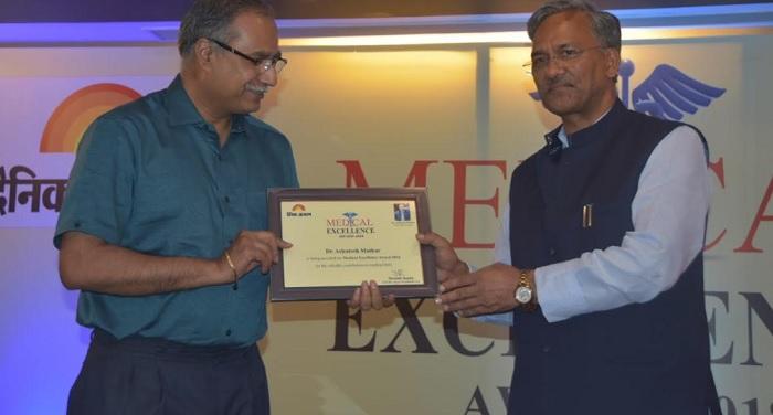 cm rawat सीएम रावत ने होटल में आयोजित कार्यक्रम में प्रदेश के 22 चिकित्सकों को सम्मानित किया