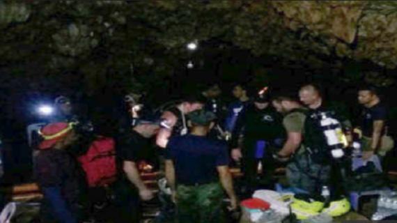 फुटबॉल खिलाड़ीयों और उनके कोच को बचाने के दौरान सेना अधिकारी की हुई मौत