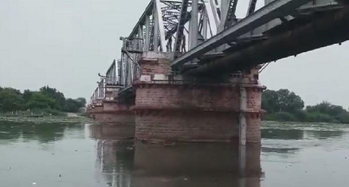 yamuna nadi दिल्ली में खतरे के निशान से ऊपर यमुना नदी, निचले इलाकों में बाढ़ का खतरा
