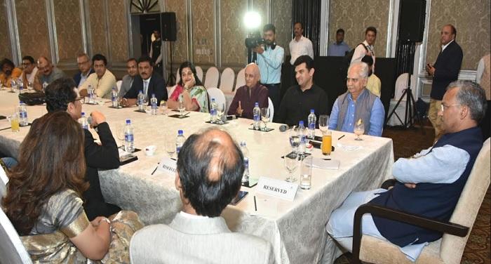 मुख्यमंत्री त्रिवेन्द्र सिंह रावत से मुम्बई में जानी-मानी फिल्मी हस्तियों ने मुलाकात की