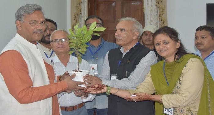 सीएम रावत से मुख्यमंत्री आवास में धाद संस्था के प्रतिनिधियों ने भेंट की