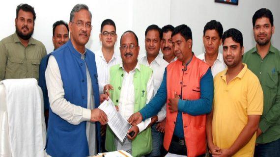 सीएम रावत से दीवान सिंह बिष्ट के नेतृत्व में रामनगर के पर्यटन व्यवसायियों ने मुलाकात कर ज्ञापन सौंपा