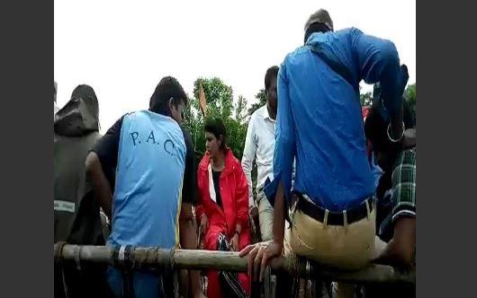 swati shingh.JP बैलगाड़ी में बैठकर बाढ़ पीड़ित गावों का दौरा करने पहुंची मंत्री स्वाती सिंह