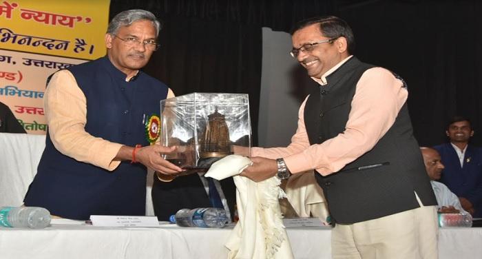 मुख्यमंत्री त्रिवेन्द्र सिंह रावत ने कहा कि हमें अपनी भाषा एवं परम्पराओं पर गर्व होना चाहिए