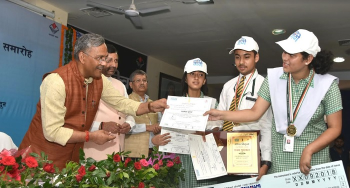 रावत ने स्वच्छता विभाग उत्तराखण्ड द्वारा आयोजित ''गंगा क्विज'' की विजेता टीमों को पुरस्कार दिए