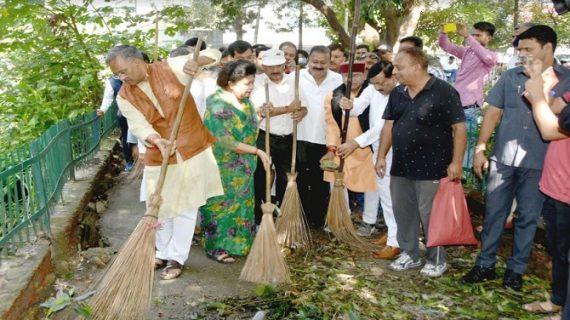 सीएम रावत ने पण्डित दीनदयाल उपाध्याय पार्क देहरादून में आयोजित ''स्वच्छता से ही सेवा'' कार्यक्रम में भाग लिया