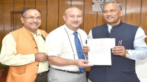 सीएम रावत को धनराशि का चैक मुख्यमंत्री राहत कोष के लिए प्रदान किया गया