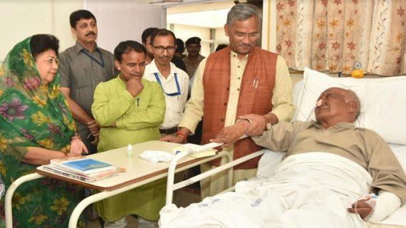 सीएम रावत ने जौलीग्रांट अस्पताल पहुंचे और उनके स्वास्थ्य की जानकारी प्राप्त की
