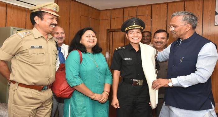 सीएम रावत ने भारतीय सेना में चयनित लेफ्टिनेंट मालविका रावत को सम्मानित किया
