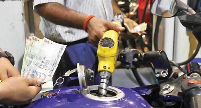 फिर बढ़े पेट्रोल-डीजल के दाम, दिल्ली में पेट्रोल 90 के पार, डीजल में 37 पैसे इजाफा