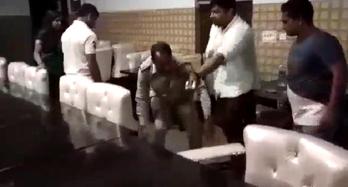 मेरठःBJP के पार्षद ने की दरोगा की पिटाई ,वीडियो हुआ सोशल मीडिया पर वायरल