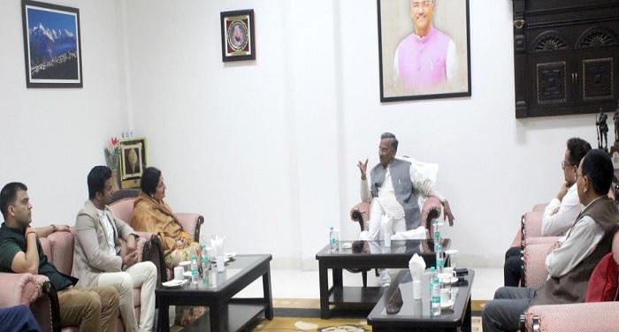 सीएम रावत से मुख्यमंत्री आवास में भजन गायिका अनुराधा पौडवाल ने शिष्टाचार भेंट की