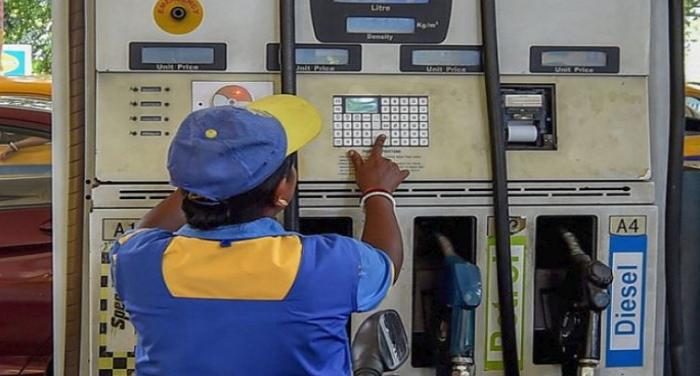 आज जनता को मिली थोड़ी राहत, पेट्रोल की कीमतों में कोई बढोतरी नहीं, डीजल 25 पैसे मंहगा