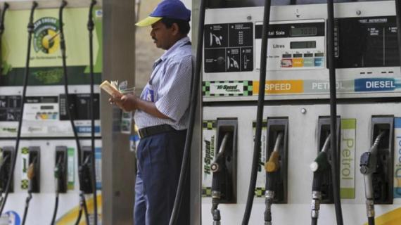 तेल की कीमतों में गिरावट का सिलसिला जारी, दिल्ली में पेट्रोल 77.10 रूपये प्रति लीटर