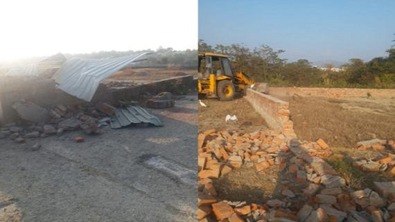 देहरादूनःविकास प्राधिकरण ने शिवालिक रेजीडेंसी बीमा बिहार सहस्त्रधारा रोड पर बने अवैध निर्माण को ध्वस्त किया