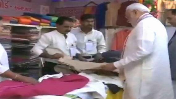 प्रधानमंत्री ने गुजरात के 'शॉपिंग फेस्टिवल' में खरीदी शॉल, रुपे कार्ड से किया भुगतान