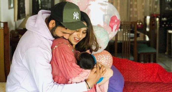 रोहित शर्मा ने शेयर की पत्नी और बेटी के साथ फोटो, नाम रखा समायरा