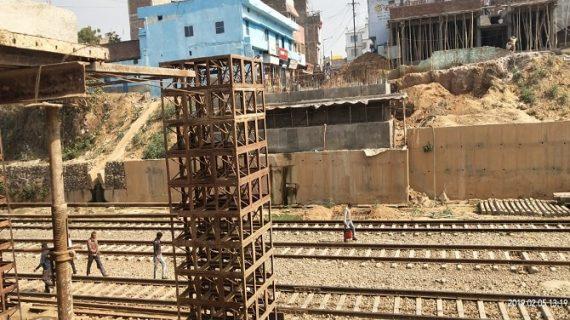 रेलवे उल्टा पूल के निर्माण कार्य मे हो रहे विलंब को लेकर लोगों ने आक्रोश