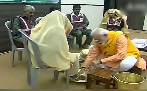 कुंभ में डुबकी के बाद…प्रधानमंंत्री ने स्वच्छग्रहियों के धोए पैर