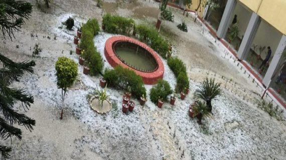 उत्तर भारत में एक बार फिर मौसम ने बदली करवट, नोएडा में ओले गिरे
