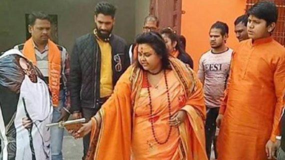 महात्मा गांधी के पुतले को गोली मारने के मामले में पुलिस ने किया पूजा शकुन पांडेय को गिरफ्तार