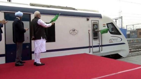 पीएम मोदी ने दिखाई भारत की पहली सेमी हाई स्पीड ट्रेन वंदे भारत एक्सप्रेस को हरी झंडी