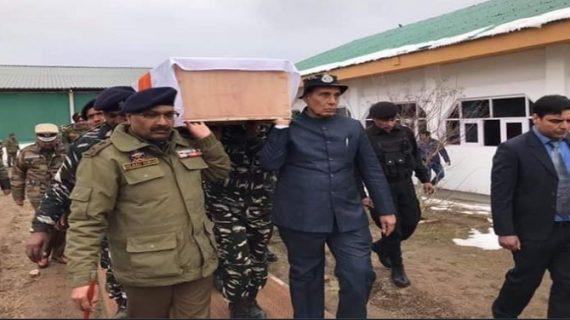 पुलवामा आतंकी हमले में शहीद जवानों को श्रद्धांजलि देने बडगाम पहुंचे राजनाथ सिंह