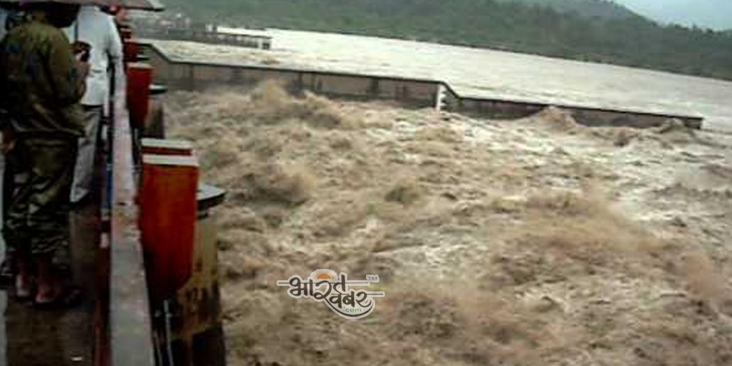 ganga river flood हरिद्वार में गंगा नदी ने खतरे का निशान किया पार, प्रशासन ने जारी किया अलर्ट