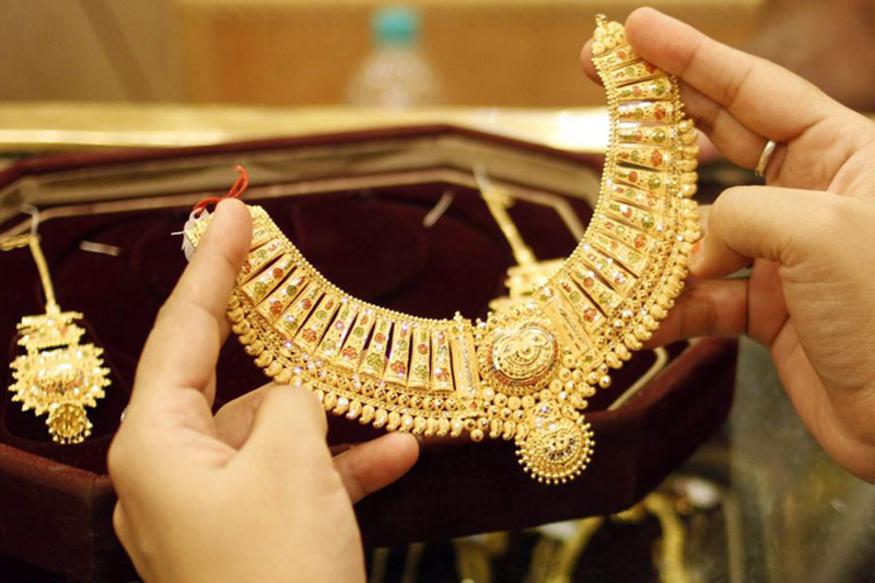gold jewelley image 4 वैवाहिक मांग से सर्राफा बाजार में सोना 180 रुपये चमका