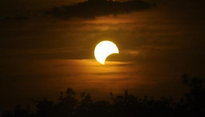 ग्रहण शुरू हुआ साल का आखिरी सूर्य ग्रहण, जाने कहा-कहा दिखाई दिया और क्या होंगे परिणाम