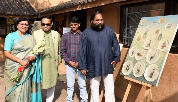DELHI एमजी रोड स्थित संस्कृति केंद्र में छात्रों ने पेंटिंग व स्कल्पचर से दिखाया अपना कला का प्रदर्शन