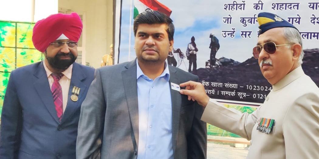 DM Meerut anil dhingra ias कमिश्नर व जिलाधिकारी को झण्डा लगाकर किया गया सशस्त्र सेना झण्डा दिवस का आगाज