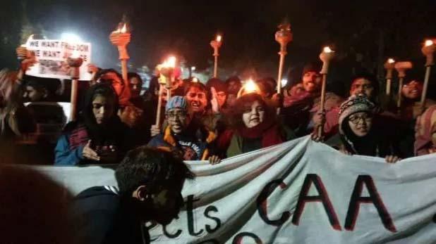 """Untitled 1 copy 13 CAA का विरोध: प्रदर्शन के दौरान हिंसा के लिए """"बाहरी लोगों"""" की भूमिका का आरोप लगाया"""