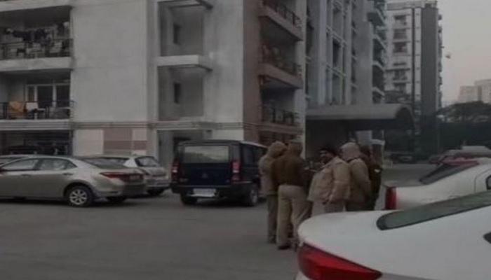 gaziyabad गाजियाबाद में एक शख्स और उसकी दो पत्नियों ने अपने बच्चों की हत्या कर 8वीं मंजिल से लगाई छलांग