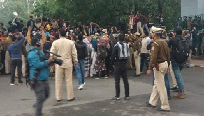 jamiya 1 जामिया के छात्रों के साथ दिल्ली पुलिस की बर्बरता के खिलाफ AMU-JNU, BHU, देशभर में छात्र एकजुट
