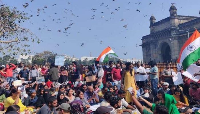 मुंबई जेएनयू की हिंसा के विरोध में मुंबई के गेटवे ऑफ इंडिया पर प्रदर्शन में दिखे कश्मीर के पोस्टर
