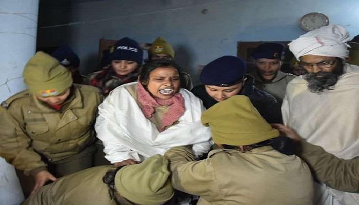 साध्वी गंगा की अविरलता की मांग को लेकर अनशन पर बैठी साध्वी पद्मावती को पुलिस ने जबरन अनशन से उठाकर अस्पताल में भर्ती कराया