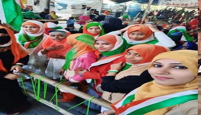 हिजाब 71वें गणतंत्र दिवस पर CAA विरोध-प्रदर्शन भी आजादी के रंग में रंगा, महिलाओं ने तिरंगे कलर के हिजाब में लगाए आजादी के नारे