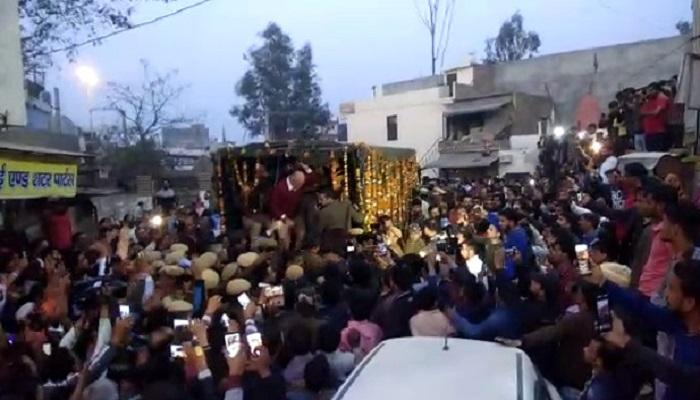शहीद रतनलाल शहीद कांस्टेबल रतन के घर पहुंचे सीएम अरविंद केजरीवाल, लोगों ने ऐसे किया वापस
