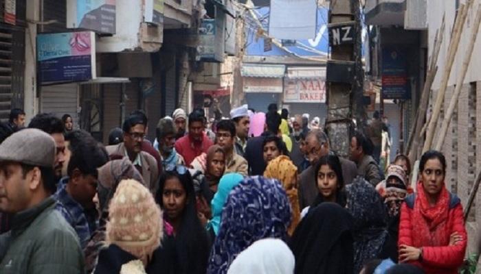 शाहीन बाग 2 शाहीन बाग में मतदाताओं ने लिया बढ़-चढ़ कर हिस्सा, पोलिंग बूथ पर लगी भीड़