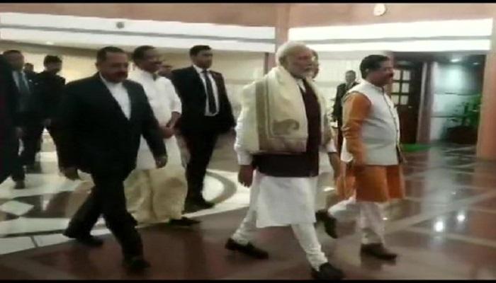 pm modi भाजपा संसदीय दल की बैठक में पहुंचे प्रधानमंत्री नरेंद्र मोदी, शाम 7 बजे संगम विहार में करेंगे रैली