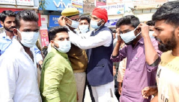 कोरोना 2 सपा पार्टी के पदाधिकारियों द्वारा लोगों को कोरोना से बचाव के लिए मास्क बांटे गए