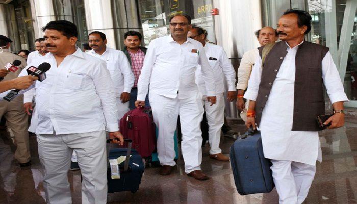 खरीद फरोख्त की आशंका के बीच कांग्रेस के 80 विधायक पहुंचे जयपुर अंतरराष्ट्रीय हवाई अड्डे